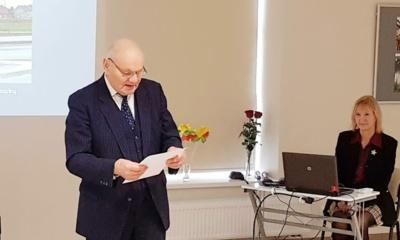 Apie Vasario 16-osios svarbą gimnazistams papasakojo mokytojas A. Žibaitis.