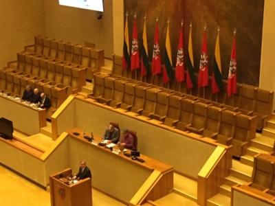 Kovo 11-osios Akto salės tribūna. Pranešėjas Seimo pirmininkas  Viktoras Pranckietis