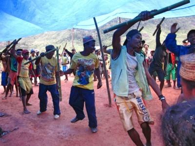 Vietiniai Madagaskaro gyventojai atvykėlius pasitinka tradiciniais šokiais.