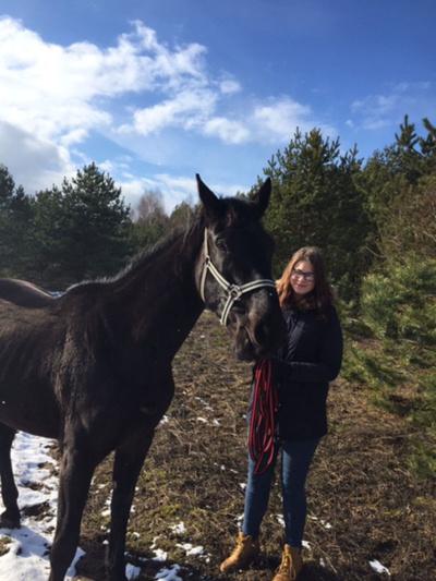 """RYŠYS. """"Kaskart aplankiusi žirgą jaučiu, kad mudviejų ryšys vis stiprėja, jis vis labiau manimi pasitiki, prisileidžia"""", - džiaugiasi Dovilė. Asmeninio albumo nuotr."""