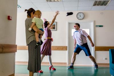 Džiaugsmas. Pasitelkę klounados metodiką, gydytojai klounai siekia nešti džiaugsmą ten, kur jo labiausiai trūksta. (Sauliaus Alikonio nuotr.)