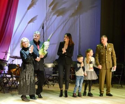 """""""Sidabrinės nendrės"""" premijos laureatė Birutė Servienė su savo šeima."""
