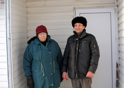 Budilių kaimo senbuviai Genė ir Henrikas Makūnai prie savo trobos