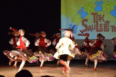 Ukrainiečių šokiuose temperamentas, vaidybos elementai, spalvos liejasi per kraštus.