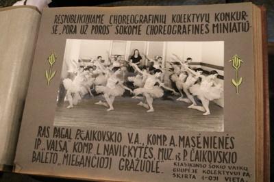 Ši fotografija su 12 mergyčių balerinų suknelėmis A. Masėnienei kelia pačius šilčiausius jausmus. Kone visos mergaitės suaugusios tapo choreografėmis, o vaikystėje jų sušoktas valsas įvertintas I vieta. (A. Rutkausko nuotr.)
