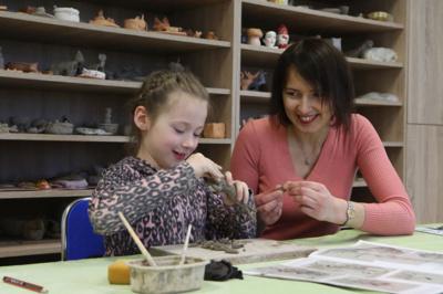 PALAIKYMAS. Mama Arminė labai didžiuojasi ir vertina Gertrūdos kūrybą ir džiaugiasi, kad, būdama tokia maža, jau atrado veiklą, kuri jai labai patinka.