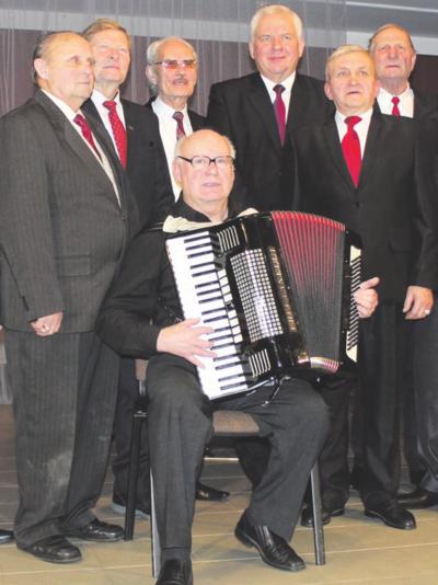 """Laisvalaikiu I. Mačiukas (stovi trečias iš dešinės) groja ir dainuoja Žiežmarių kultūros liaudiškos muzikos kapeloje """"Žiežmara"""" ."""