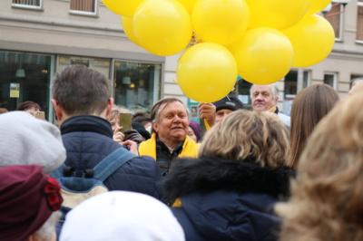 Sukaktis. Stebint keliems šimtams žmonių, virš Povilo Višinskio paminklo galvos į dangų pakyla 20 geltonų balionų. Apvalainis skaičius simbolizuoja Šiaulių trečiojo amžiaus universiteto (TAU) gimtadienio sukaktį. (A. Rutkausko nuotr.)