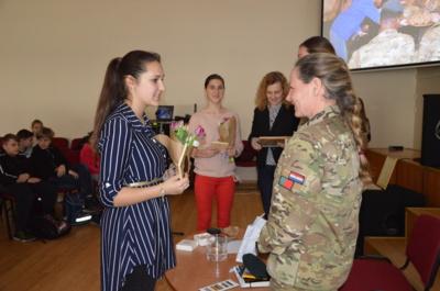 Junda Balsevičiūtė įteikia atminimo dovanėlę majorei M.Hendriks