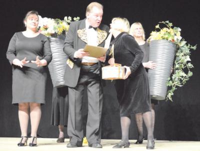 Scenoje Kaišiadorių kultūros centro teatro aktoriai gyvena savo personažų gyvenimą.