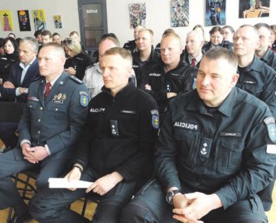 Pasveikinti ir padėkoti į kitą darbą išeinančiam R. Grigoniui atvyko Kauno AVPK vadovai (iš dešinės): D. Pliavga, E. Lašinskas ir G. Žukauskas.