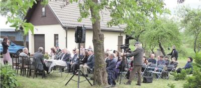 Susitikimas vyko Brazauskų namo-muziejaus kiemelyje.