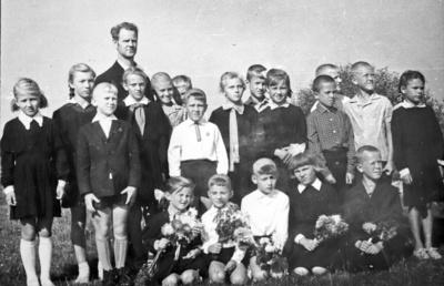 Globinų pradinės mokyklos mokinukai (antra iš kairės – Gėlė) su mokytoju Petru Pranu Bakanu.