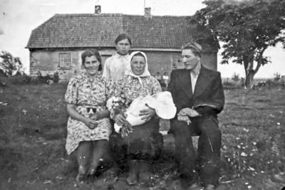 Prakaitų šeima su pirmagimiu Gintautu Pačeriaukštėje prie Petersonų namo.