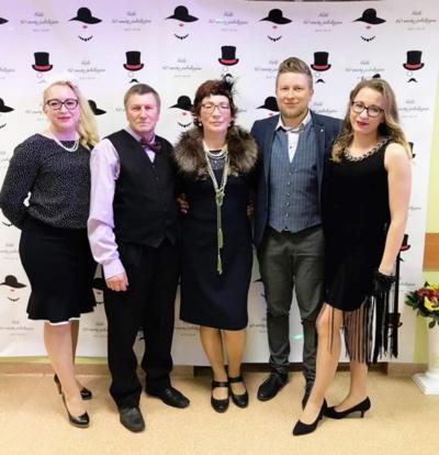 Gėlė Mačiūnienė savo 60-mečio proga su vyru Stasiu, dukromis Saida (kairėje) ir Rūta, sūnumi Romualdu.