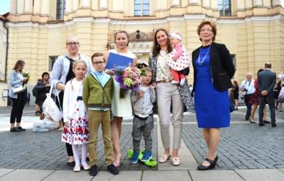Dukters Rūtos Vilniaus universiteto bakalauro studijų baigimo proga Gėlė Mačiūnienė, dukra Saida (kairėje), marti Agnė su anūkėle Agota, (priekyje) anūkai Svajūnė, Vakaris, Jonas.