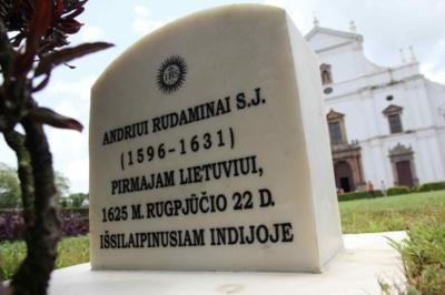 Paminklas. Indijoje, Goa mieste, Lietuvos ambasadoriaus Laimono Talat Kelpšos iniciatyva Andriejui Rudaminai atidengtas atminimo paminklas. (URM nuotr.)