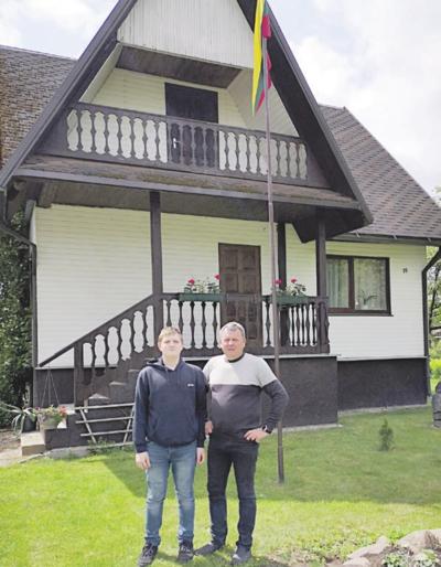 Rašinio autorius Arnas Šiūša su savo tėveliu Aivaru prie šeimos namų Neprėkštoje.