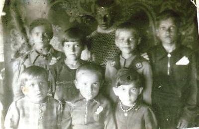 Tremties vaikai. Pirmoji ir vienintelė nuotrauka, daryta karo metu  tremtyje. R. Baltutis nuotraukoje– aukščiausias.