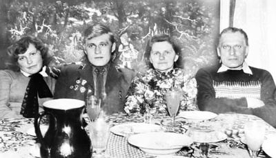 Stanislovas, iš armijos grįžęs atostogų, su seserimi Zita ir tėvais Felicija ir Kazimieru Kiudžiais.