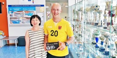 Rankininkas Mindaugas Nakvosas su Pasvalio sporto mokyklos direktore Eugenija Butrimiene.