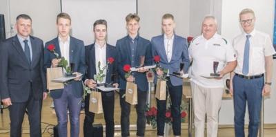 Rumšiškių Antano Baranausko gimnazijos vaikinų 3x3 krepšinio komanda ir jų mokytojas Vytautas Čižauskas (antras iš dešinės).