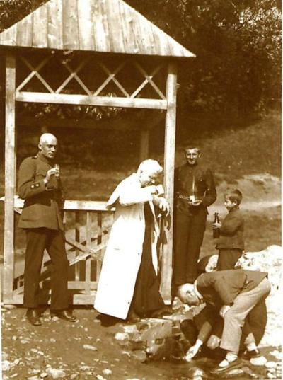Vaižgantas su savo bičiulio, visuomenės veikėjo Jurgio Linarto šeima prie Nemuno, Birštone 1924 m.