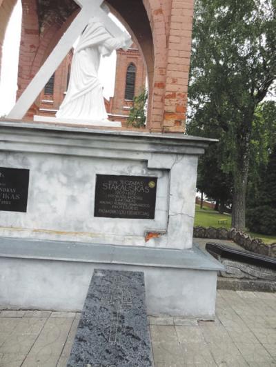 Kunigas palaidotas Žaslių bažnyčios šventoriuje.