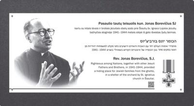 Pagarba. Pirmadienį šalia Šiaulių Šv. Ignaco Lojolos bažnyčios bus atidengta memorialinė lenta kunigui Jonui Borevičiui SJ, kuris kartu su bendraminčiais išgelbėjo apie 150 žydų. (Mečislovo Borevičiaus asmeninio archyvo nuotr.)