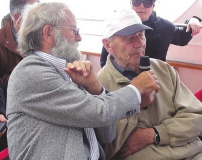Atminimais dalijosi V. Markevičius. Šalia - Z. Gronau (kairėje).