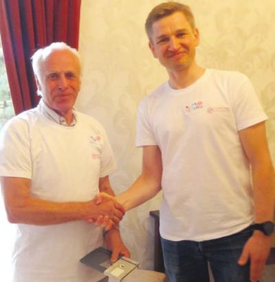 Fondo įkūrėjas M. Čiuželis (dešinėje) įteikė padėką kaišiadoriškiui K. Malinauskui.