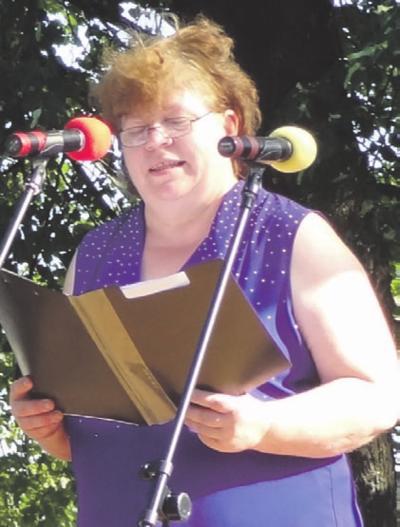 Guronių kaimo bendruomenės pirmininkė Jūratė Raudeliūnienė pasidžiaugė gražia sukaktimi, apdovanojo aktyviausius narius.