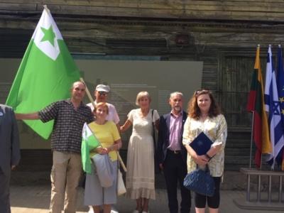 Jurbarko esperantininkai su vienu Sinagogos aikštės memorialo autoriumi Anna Zundelovitch (iš dešinės pirma)