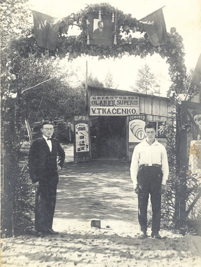 Šventiniai vartai su Prezidento Antano Smetonos paveikslu jų viršuje, pastatyti prie Kaišiadorių verslininko Vasilijaus Tkačenko parduotuvės. XX a. 3–4 deš. KšM.