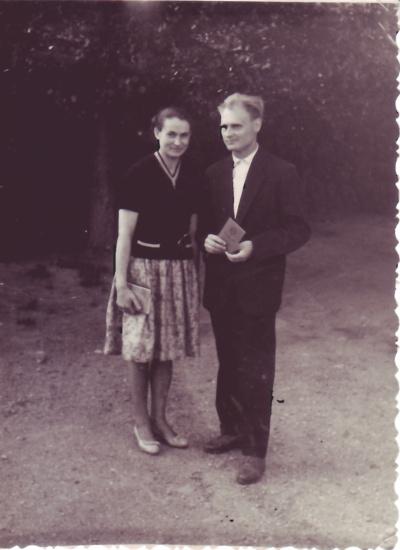 Mokslai. L. Kučienė didžiuojasi vyru: į Šiaulius jis atvyko baigęs vos šešias klases. Užtat atsigriebė vėliau: pabaigė mokyklą, įstojo į technikumą, tuomet– į institutą. Nuotraukoje jis laiko mokyklos baigimo pažymėjimą.
