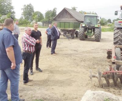Komisija apžiūrėjo ūkininkų techniką.