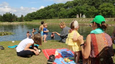 Linksmybės. Atvykti į šeimų vasaros stovyklą pirmiausia trykšta noru vaikai. Jie žino– čia jų kaskart laukia įdomios ir smagios veiklos, žaidimai bei naujos pažintys, virstančios draugyste. (Audronio Rutkausko nuotr.)