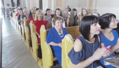 Su savo dailės būrelio narėmis Iveta ir Ieva nuoširdžiai atsisveikino mokytoja R. Dzedulionienė (dešinėje).