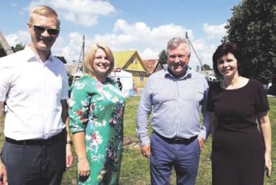 Svečiai ir šeimininkai. Iš kairės: meras V. Tomkus, seniūnė E. Kerdokienė, Seimo narys K. Starkevičius ir I. Taukinaitienė.