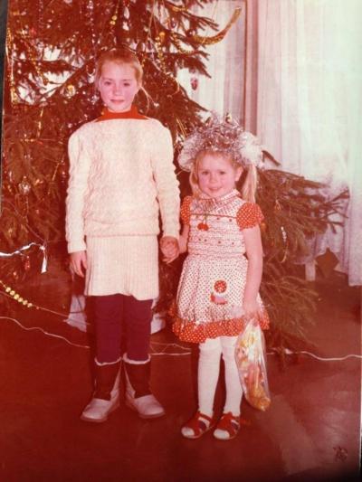 Simona Nainė (dešinėje) su seserimi Ineta vaikystėje© Asmeninis albumas