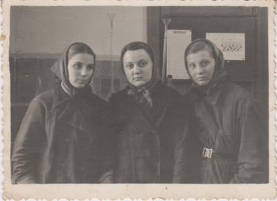Nuotraukose: Laima Tarbūnaitė Lobariova šiandien ir prieš 60 metų  su bendradarbėmis Vida Butnoriūte ir Abakanavičiūte  Kalkinės laboratorijoje 1959 m.