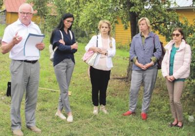 Strėvininkų socialinės globos namų darbuotojai patys pakvietė gyventojus į susirinkimą. Iš kairės: K. Jakelis, Ž. Janonienė, K. Petrylienė, L. Zujienė ir K. Simanonė.