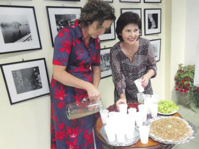 Svečio atvežtus skanumynus padalino R. Janušaitytė ir I. Taukinaitienė (dešinėje).