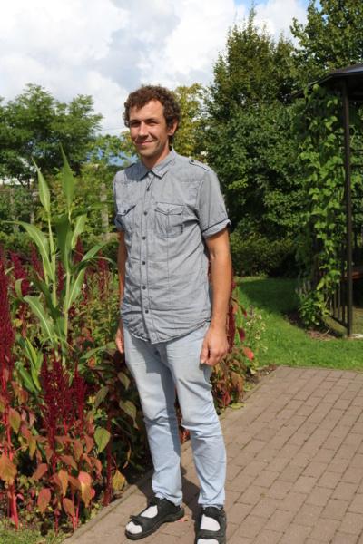 """Pomėgis. ŠU Botanikos sodo direktorius Martynas Kazlauskas labai žavisi laukiniais augalais, o iš jų padarytos puokštės– gražiausios. """"Man labai patinka gamtoje ieškoti įdomesnių augalų"""",– sako jis. (Autorės nuotr.)"""