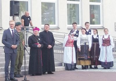 Į minėjimo dalyvius savivaldybės aikštėje kreipėsi meras, kunigai, kariuomenės atstovai.