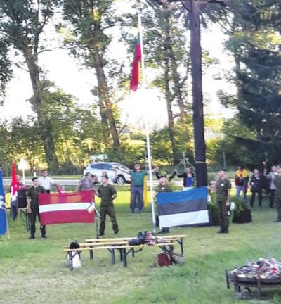 Trijų valstybių vėliavos.