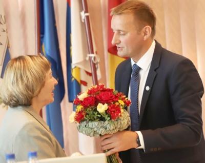 Tarybos posėdyje meras sveikina ką tik patvirtintą naująją Šiaulių miesto garbės pilietę.