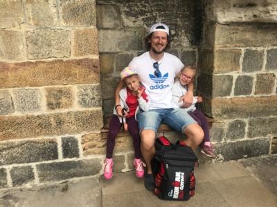 """""""Iron Man""""– tai ne tik triatlonas. Tai ir kasdienis planavimas, šeimos, laisvalaikio, sporto, darbo ir draugams skirto laiko derinimas"""",– sako Justas. Nuotraukoje jis– su dviem dukrelėmis."""