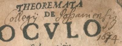 """Įrašas. Knygos """"Teoremos apie akį"""", priklausiusios Pašiaušės jėzuitų kolegijai, nuosavybės įrašas. (Regimantos Stankevičienės nuotr.)"""