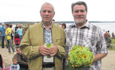 Jubiliatas (kairėje) su kitu J. Aisčio premijos laureatu poetu Vladu Vaitkevičiumi.